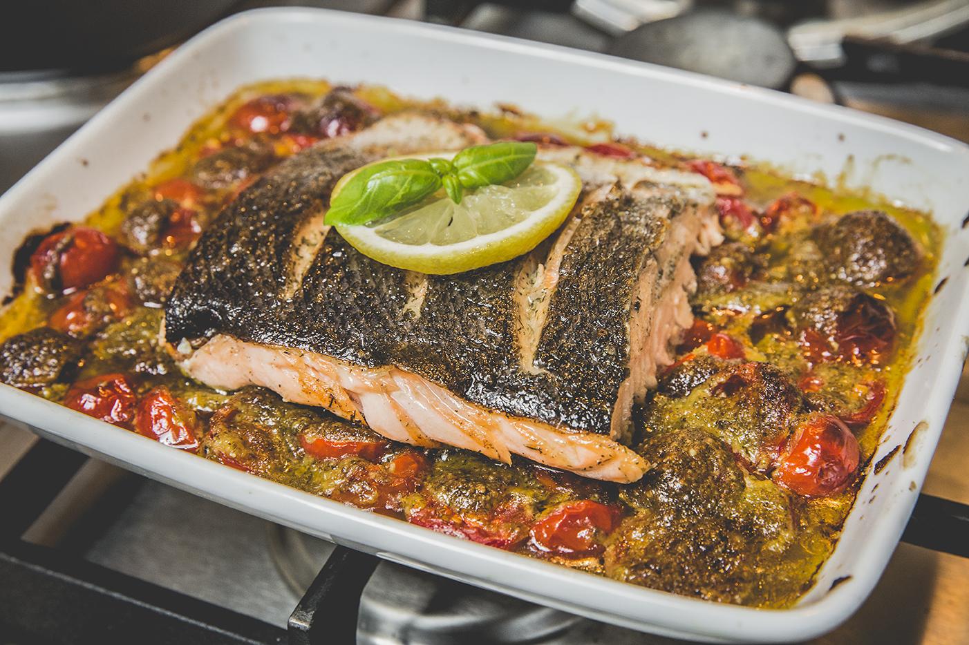 Bak de pijnboompitten goudbruin in een droge pan. Doe de basilicum, olijfolie, parmezaanse kaas, pijnboompitten, zout en peper in een blender en cutter alles tot een gladde massa.